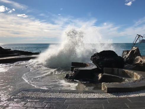 cinque terre_breaking wave